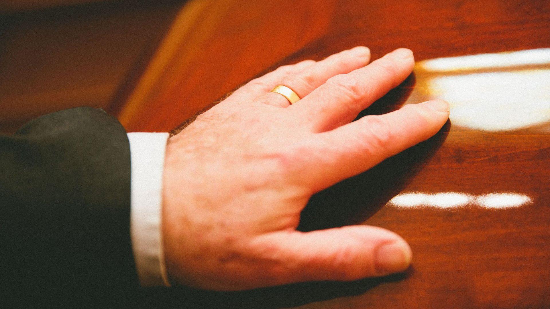 France obsèques main sur cercueil