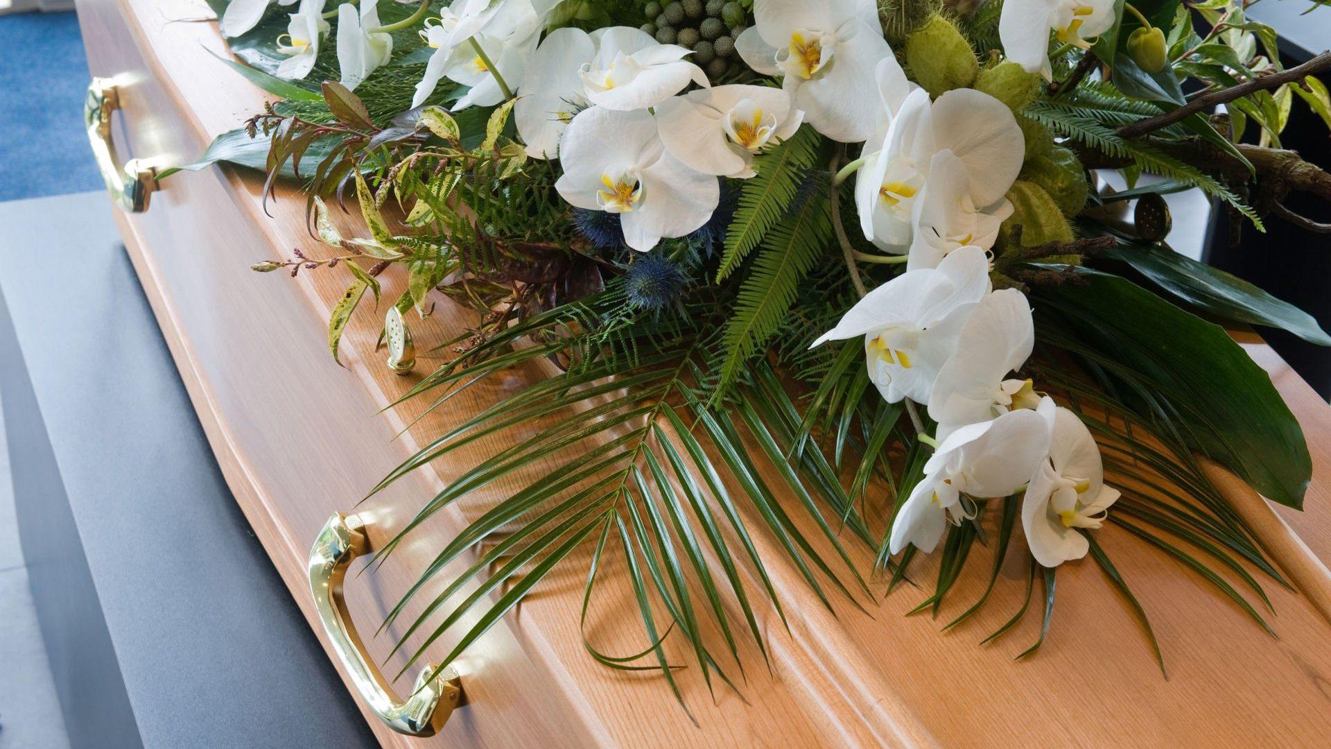 organiser des obsèques dessus de cercueil fleurs